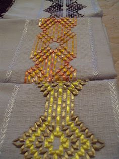 Swedish Weaving Patterns, Bargello, Embroidery Techniques, Deco Mesh, Beaded Embroidery, Needlework, Diy And Crafts, Projects To Try, Geek Stuff