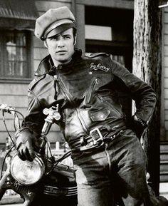 """Johnny. Si """"Un tranvía llamado deseo"""" (1950) lo convirtió en un mito erótico, """"¡Salvaje!"""" (1953) hizo de Brando el prototipo del joven rebelde sin causa, que consagraría James Dean poco después. <a href=""""http://www.youtube.com/watch?v=yCENBce_dls""""><strong>(Ver vídeo de secuencias de """"¡Salvaje!"""")</strong></a>"""