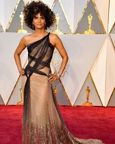 Halle Berry shows off a big curly hair-do with #AtelierVersace gown at #Oscars2017  via VOGUE THAILAND MAGAZINE OFFICIAL INSTAGRAM - Fashion Campaigns  Haute Couture  Advertising  Editorial Photography  Magazine Cover Designs  Supermodels  Runway Models