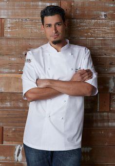 採用頂級埃及棉布料,詮釋了當代廚師制服工藝的極致設計。〈Capri卡布里埃及棉尊榮廚師服〉為短袖雙襟的純白立領款。   主要特色包括:精緻手捲鈕釦、雙前襟內釦,以及左胸插袋。