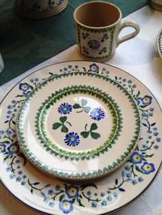 Nicholas Mosse Clover side plate with a Forget Me Not dinner plate