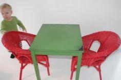 """Med lite målar färg och sandpapper kan man göra underverk! Shabby chic underverk!  Här har jag målat över en """"billig"""" ikea barnbord som var furu färgad innan, med svart färg och sen strykit över med ärt grön färg...sist så slipade jag kanterna så pass, att jag fick fram det svarta lagret under. Ikea rotting stolarna har jag sprayat rött!"""