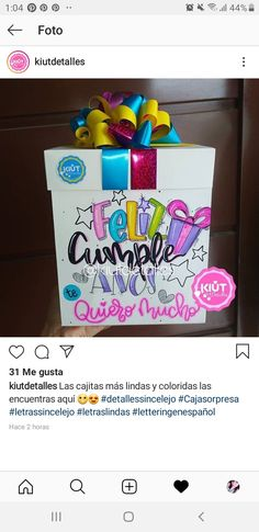 Ideas Aniversario, Cute Disney Drawings, Gift Bows, Persol, School Notes, Brush Lettering, Giving, Bingo, Toy Chest