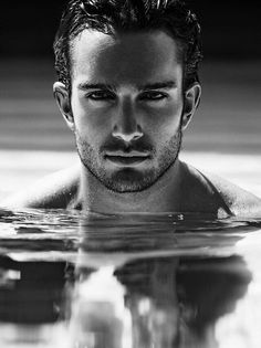 Handsome Scruffy Man, In a Pool. Hairy Men, Bearded Men, Photos Originales, Handsome Faces, Handsome Man, Face Men, Hommes Sexy, Portraits, Male Form