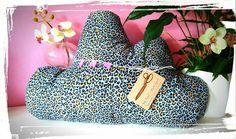 ☁ Cojín nube con estampado de leopardo.... Ideal para la decoración de dormitorios de mamis, papis e hijis.... ☁ Para una mama molona, una amiga divina o un regalo diferente!    #cojinnube #leopardo #mamamolona #amigadivina #regalos #detallesorifinales #decoracion #decoraciondormitorios #pillowcase #cloudcushion