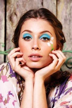 Maquiagem inspirada nos anos '70 Hippie Chic com sombra azul turquesa e desenho de flores na lateral, editorial de moda revista Vida & Arte.