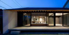 山裡的房子@廣島。 房子位在廣島山中,呼應基地環境以「寧靜」為主題創造住宅,因此有斜屋頂、木桁樑的元素,來呈現山林幽居的造屋之美。具有層次性的開放設計,運用錯落的結構以及穿透設計,達到每個場域的互通性,甚至連茶屋也採取開放。 #2015第8回ひろしま建築文化賞 優秀賞「中山の家」 #2015 第18回エコ電化住宅作品コンテスト2014 審査員特別賞「中山の家」 via 小松隼人建築設計事務所