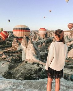 #goodevening . There are two most famous activity in Cappadocia which always happen in the early morning-one is do the balloon flightanother is chasing the flying balloons . Nice pic by @travelcolours_ . Tag someone who you'd like to do it with. Click the link to reserve your discount balloon ride: https://ift.tt/2u9hL3A