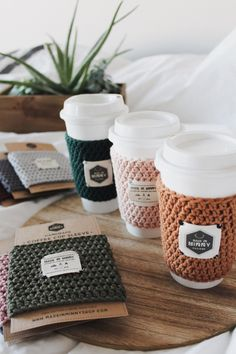 coffee cups Ourhand-crocheted reusable cup sleeves are the perfect accessory foryour hot or cold beverage. Carry your cup comfortably and protect yourhands from hot beverages. Keep them wi Cafeteria Retro, Hexagon Logo, Hexagon Quilt, To Go Becher, Coffee To Go, Coffee Box, House Coffee, Coffee Cup Cozy, Coffee Mugs