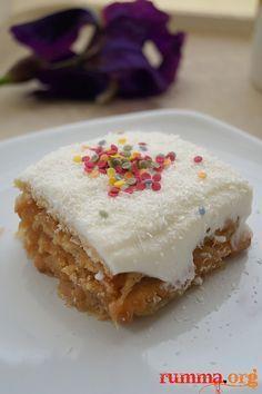 Pratik tarifleri severim pratik bisküvili pasta tariflerini daha çok severim.Daha önce elmalı bisküvili toplar denemiştim.Bu tatlıyı da hiç tereddüt etmeden denedim bu sebeple..:) Tarif için sevgili Zerrin e teşekkür ediyorum..  Malzemeler: (6 kişilik) 1 paket petibör bisküvi 1 paket krem Şanti 2 su bardağıSüt (1 su bardağı krem şanti için)  İçi için …
