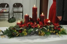 Table arrangement for the Christmas Holidays Christmas Flower Arrangements, Christmas Flowers, Noel Christmas, All Things Christmas, Christmas Wreaths, Christmas Crafts, Christmas Table Settings, Christmas Tablescapes, Christmas Table Decorations
