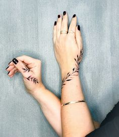 Eye-Catching Hand Tattoo Designs For Women * 2020 - Elegant Life Wrap Around Wrist Tattoos, Cute Tattoos On Wrist, Cute Tiny Tattoos, Flower Wrist Tattoos, Hand Tattoos For Women, Beautiful Tattoos, Small Tattoos, Thumb Tattoos, Wolf Tattoos