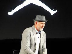 """W 1998 roku magazyn """"Fortune"""" umieścił Tinkera Hatfielda na liście stu najbardziej wpływowych designerów XX wieku. Stało się to 21 lat po oficjalnym otwarciu paryskiego Centre Pompidou i 11 lat po wypuszczeniu na rynek Air Max 1."""