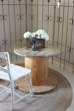 holz kabeltrommel tisch glasplatte strauß aus weißen hortensien