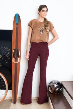 Em modelagem flare, a calça Siena é feita de sarja de poliéster com elastano e…