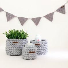 • kit bebê + bandeirinhas •  1 M para fraldinhas 1 P para pomadinhas 1 mini para cotonetes  . . . #croche #crocheting #crochetersofinsragram #crochet #handmade #loveit #crochetlove #brasil #feitoamao #decorar #working #color #design #arte #art #curitiba #tramaria #ctba #organizar #artesanato #fiodemalha #moda #brasil #decoracao #decor #interiores #design #babyroom #decorar