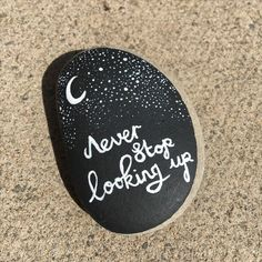 Decorative Rocks Never stop looking up Art Garden Ideas - Hobbies paining body for kids and adult Rock Painting Patterns, Rock Painting Ideas Easy, Rock Painting Designs, Paint Designs, Pebble Painting, Pebble Art, Stone Painting, Rock Art Painting, Diy Painting