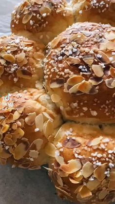 Dreikönigskuchen backen - veganes Rezept, luftiger Hefeteig, Schweizer Dreikönigskuchen Rezept, einfach backen, vegane Rezepte, veganer Dreikönigskuchen, Hefeteig, Hefeteiggebäck, gesunde Rezepte, gesund backen, Mrs Flury Dreikönigskuchen #dreikönigskuchen #backen #gesunderzepte #eatgoodfood #mrsflury Bread And Pastries, Doughnut, Food Videos, Food Inspiration, Recipies, Food Porn, Low Carb, Sweets, Cooking