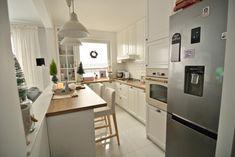 Mała kuchnia w białym kolorze z drewnianymi blatami - Lovingit.pl