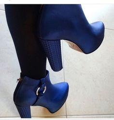 "37 Me gusta, 1 comentarios - LUCINDA (@lucindaworld) en Instagram: ""Levitando en azul 💙💙Botines 💙 Botines 💙Botines 💙 LUCINDA  #LUCINDA #Shoes #botines #Blue #leather…"""