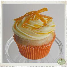 Hola!!!   Espero que tengáis ganas de leer porque os espera una receta laaaarga como ella sola :)         Cupcakes de naranja rellenos de me...