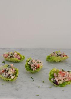 Op zoek naar gezonde borrelhapjes? Deze slaschuitjes met tonijn zijn goed voor de lijn.