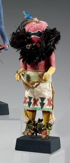 Kachina Sipikine Zuni, Nouveau Mexique USA Circa 1930 Bois, pigments, plumes, tissus, brins végétaux, cordelette, aiguilles de pin (de Douglas ?) H: 25 cm
