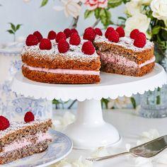 Den här kakan är saftig och nötig med få ingredienser.