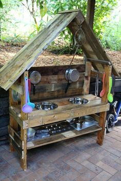 10 Fun Ideas for Outdoor Mud Kitchens for Kids Garden Pallet Projects & Ideas Pa… – natural playground ideas Kids Outdoor Play, Outdoor Play Spaces, Outdoor Fun, Outdoor Kitchens, Outdoor Play Kitchen, Outdoor Learning, Outdoor Toys, Outdoor Pallet, Rustic Outdoor