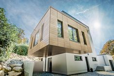 Homeplaza: Aluminiumpaneele in Holzoptik - Wetterfeste Fassade (Foto: epr/Prefa) Style At Home, Mansions, New Homes, House Styles, Home Decor, Design, Save Energy, Remodels, Decoration Home
