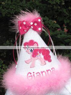 Este adorable sombrero de cumpleaños de Pinkie Pie agregará el toque final a tu pequeño unos día especial! Hecho con tela bordada, estabilizador de grosor, plumas maribou y cinta. Sombrero se lleva a cabo en la cabeza con una cuerda elástica. Lazo de la cinta se puede Agregar a petición.