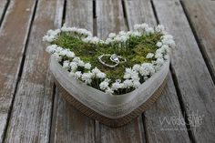 Florales Ringkissen als Herz mit Moos, eleganter Spitze und Jute-Stoff im Vintage-Look für Deine Hochzeit mieten. #weddstyle