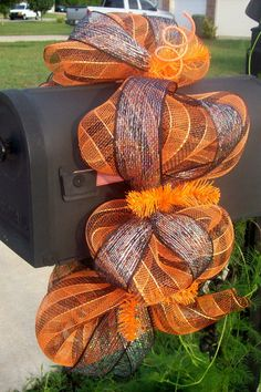I love this! I wanna decorate my mail box for the HOlidays!