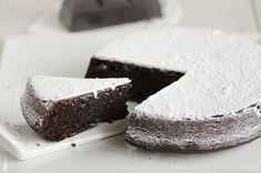 Una torta famosa italiana ricca di cioccolato,mandorle e spolverizzata con abbondante zucchero a velo.