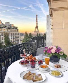 plaza_athenee: Good morning Paris ✨ It's time for the most enchanting breakfast in town ❤️ Thanks to the lovely . Restaurant Paris, Paris Restaurants, Paris Hotels, Villa Luxury, Breakfast Hotel, Breakfast In Paris, Brunch In Paris, Romantic Breakfast, Plaza Athenee Paris