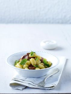 Νιόκι με πικάντικο λουκάνικο (Στρώσε τραπέζι, σε ένα τέταρτο τρώμε...) Garlic, Fruit, Cooking, Food, Kitchen, Essen, Meals, Yemek, Brewing