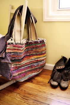 rag rug bag - nice tutorial with lots of pics from Attic Lace at Blogspot website