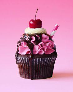 Choc Cherry Cola Cupcakes Alles bedeutet mehr mit einer Kirsche an der Spitze. Cute Desserts, Delicious Desserts, French Desserts, Cupcake Frosting, Cupcake Cakes, Cupcake Art, Buttercream Frosting, Cupcake Recipes, Dessert Recipes