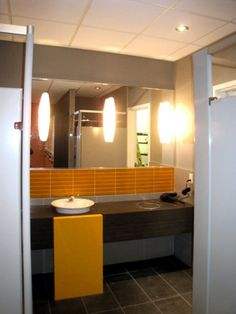 Hotel Four Point Sheraton. Salle de bain mixte et vestiaires Four, Architecture, Decoration, Point, Bathroom Lighting, Commercial, Mirror, Furniture, Home Decor