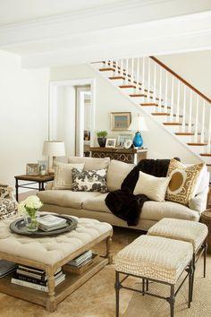 Hola Chicas: Para decorar su salón (sala) debes tener en cuenta que todo espacio debe tener un foco, una pieza especial o arquitectura alrededor de la cual este diseñado el resto del ambiente. En algunos casos este puede ser un sofá colorido, en otros una pieza de arte, en otros una chimenea o un ventanal. Escoge uno y arregla los muebles alrededor......