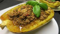 Dieses Spaghetti Kürbis Rezept ist perfekt für den Herbst! Angerichtet in den Kürbishälften und mit leckerer Bolgonese Sauce ➤ saftig ➤ nahrhaft ➤ lecker