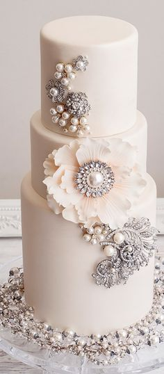 Looking for a wedding cake that will stand out from all the rest? Check out these 30 impressive white wedding cake designs! Amazing Wedding Cakes, White Wedding Cakes, Elegant Wedding Cakes, Elegant Cakes, Wedding Cake Designs, Cake Wedding, Wedding Favors, Wedding Ceremony, Pearl Wedding Cakes
