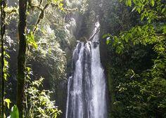 Costa Ria Immobilien  Objektbeschreibung:  Traumhaft schöne Finca mit einer Fläche von 15 ha, mit wunderschönen Wasserfällen günstig zu verkaufen.  Das Grundstück liegt nach einem der grössten Nationalparks (Braulio Carrillo) Costa Ricas Richtung Limon. Es ist 7 km von der Hauptstrasse nach Guapiles entfernt, auf 900 m Höhe. Dadurch erhält man eine herrliche Aussicht auf den Fluss San Juan und sogar auf eine Teil der Karibik!   Diese Finca ist ebenfalls für den Tourismus durch...