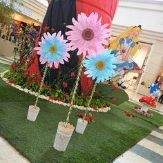 Il set ispirato ad #AliceNelPaeseDelleMeraviglie: i fiori e #Alice su un fungo gigante. #AliceInWonderland