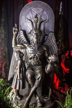 Fuimos a la revelación secreta de la estatua de Bafomet en el Templo Satánico   VICE   México