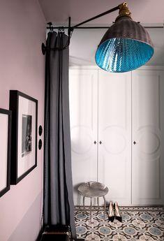 """Dans l'entrée, le dressing et un tabouret """"Lotus"""" de Franck Evennou Architectural Features, Architectural Digest, Small Apartments, Small Spaces, Studio Paris, Deco Studio, Bohemian House, Interior Decorating, Interior Design"""
