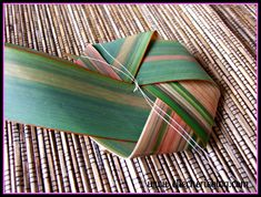 How to make flax flowers Step 12 Flax Flowers, Diy Flowers, Flower Diy, Palm Frond Art, Palm Fronds, Flax Weaving, Flax Plant, Maori Designs, Flower Arrangements Simple