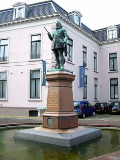Statue of Willem Lodewijk van Nassau-Dillenburg (known as Us Heit = Our Father) at the Hofplein in Leeuwarden. Made by Bart van Hove in 1906.