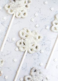 Snowflake Pretzel Pop: These beautiful and delicate snowflakes are the perfect sweet and salty snack. Find more easy, cute, and homemade Christmas treats ideas and recipes for kids, holiday parties and Christmas dessert here. Christmas Sweets, Christmas Cooking, Christmas Goodies, Christmas Candy, Christmas Crafts, Christmas Recipes, Christmas Ideas, Holiday Recipes, Holiday Desserts