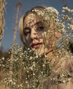 'Riverdale' star Lili Reinhart has been writing poetry for a while now and now she's releasing her first poetry book, Swimming Lessons. Aesthetic Photo, Aesthetic Pictures, Lilli Reinhart, Photo Portrait, Portrait Photography Poses, Fashion Photography, Betty Cooper, Shooting Photo, Poetry Books